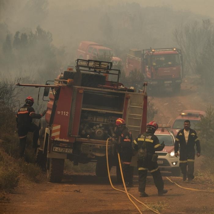 Trabajos para refrescar y asegurar el perímetro en el incendio