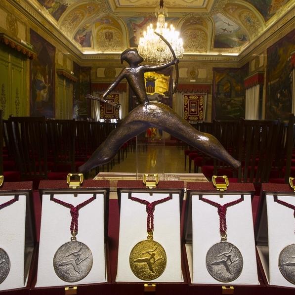 La Diputación recibe la escultura de la Alta Distinción y galardones del Día de la Provincia