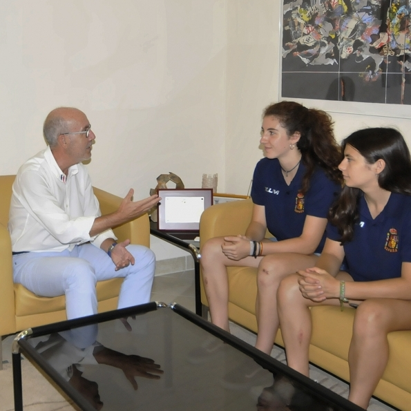 Martínez recibe a dos jugadoras del Club Patí Ciutat de Vila-real