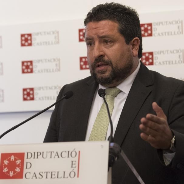 Fernando Jáuregui imparte una conferencia para conmemorar los 40 años de la Constitución