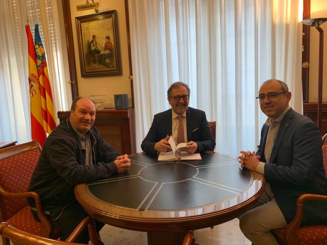 El presidente de la Diputación recibe al alcalde de Olocau del Rey y analiza las mejoras en infraestructuras y servicios sociales