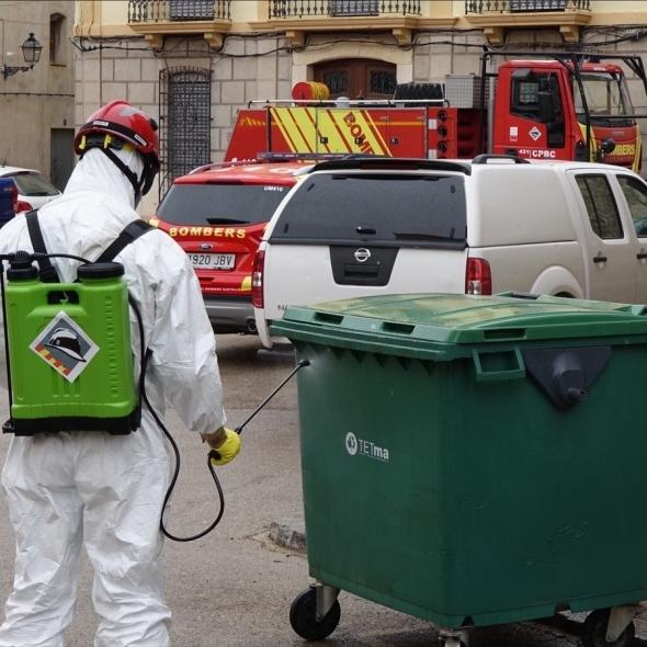 Els bombers professionals de la Diputació desinfecten Santa Magdalena de Polpís