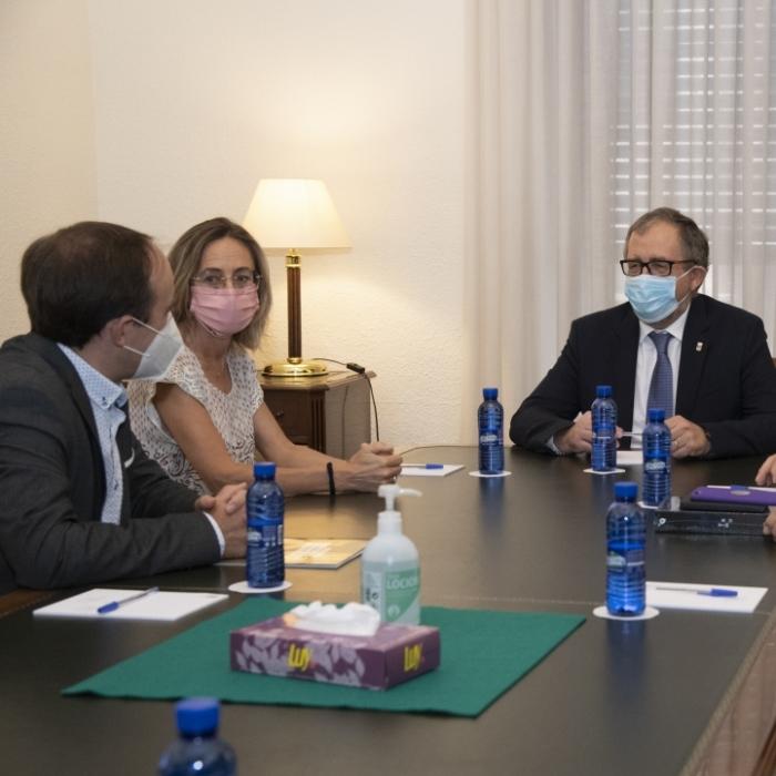 La Diputació i el Col·legi d'Arquitectes aborden la necessitat d'agilitzar la burocràcia urbanística a l'interior provincial