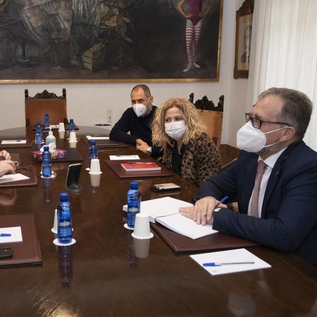 La Diputación traslada a Ashotur la intención de activar con los remanentes un nuevo fondo de ayudas de 5 millones de euros para autónomos y microempresas