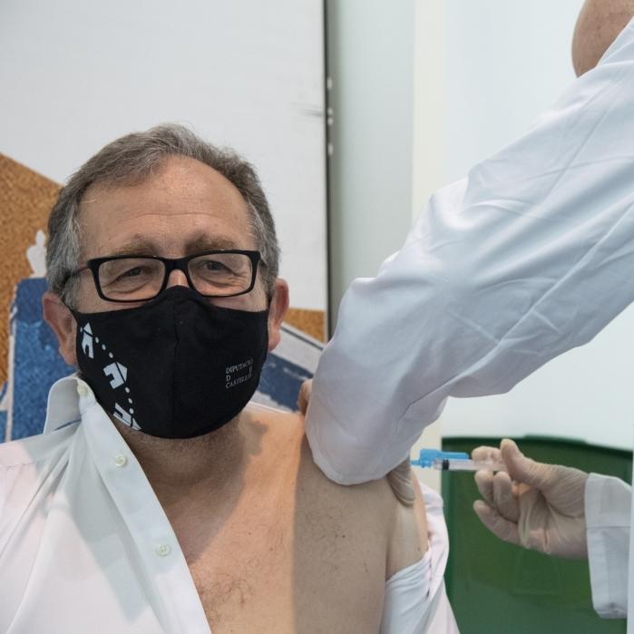 José Martí rep la primera dosi de AstraZeneca a Vila-real i anima a tota la població a vacunar-se quan siga cridada per l'autoritats sanitàries