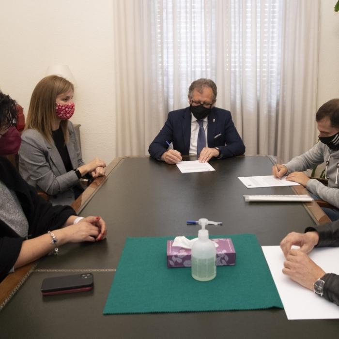 La Diputación y Apesocas cooperaran en la implantación de la lengua de signos en la agenda institucional provincial