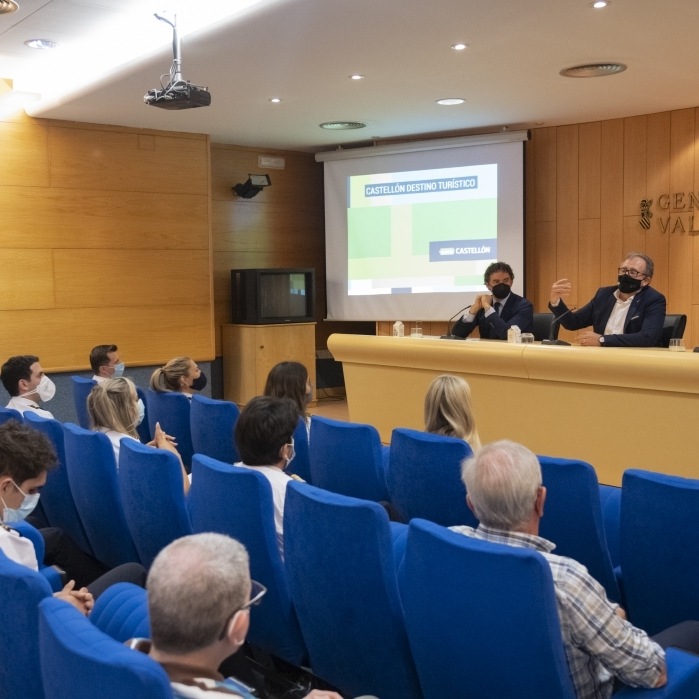"""José Martí destaca el potencial de l'escola de pilots de l'aeroport de Castelló i anima als alumnes a ser """"ambaixadors de la provincia"""""""