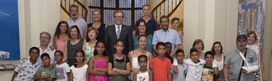 Martí rep als 33 xiquets i xiquetes sahrauís que passen l'estiu en llars de la província