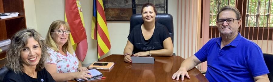 Patricia Puerta rep l'Associació de Familiars de Malalts d'Alzhéimer