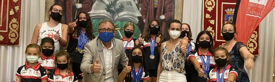 José Martí y Tania Baños reciben al Club Natación Azahar Sincro con motivo de sus recientes éxitos